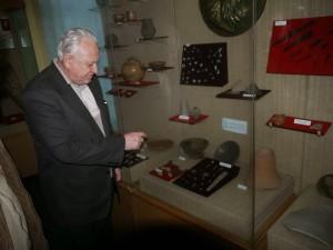 Prof.dr.Vasile Ursachi si o mica parte din artefactele descoperite la Zargedava